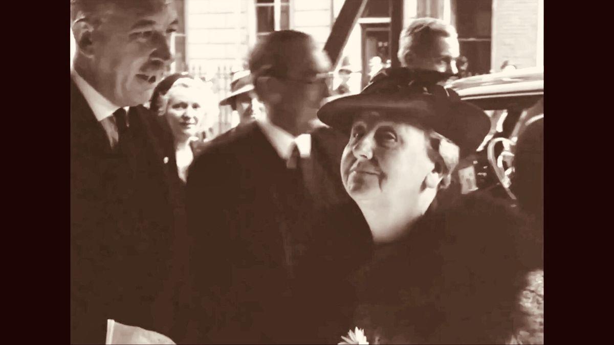 koningin Wilhelmina arriveert bij de Nederlandse ambassade in Londen direct na haar vlucht uit Nederland
